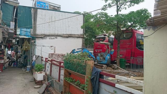 Hà Nội: Bến xe cho ô tô nổ máy, xả khói liên tục để ép người dân bán nhà? - 2