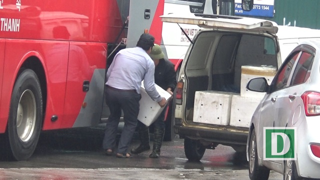 Thâm chí, có xe khách dừng hẳn tại khu vực ngã ba Nguyễn Hoàng Tôn để nhận hàng gây cản trở giao thông.