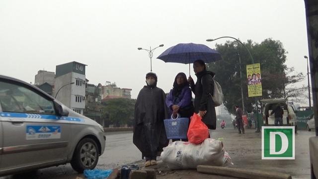 Những nơi thường xuyên có hành khách đứng chờ xe lâu ngày thành những bến cóc, giao thông nhốn nháo.