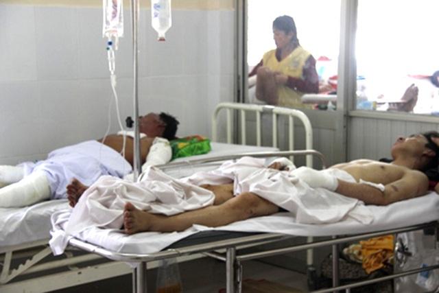 Nạn nhân vụ nổ lò nấu kẽm đang được điều trị tại bệnh viện.