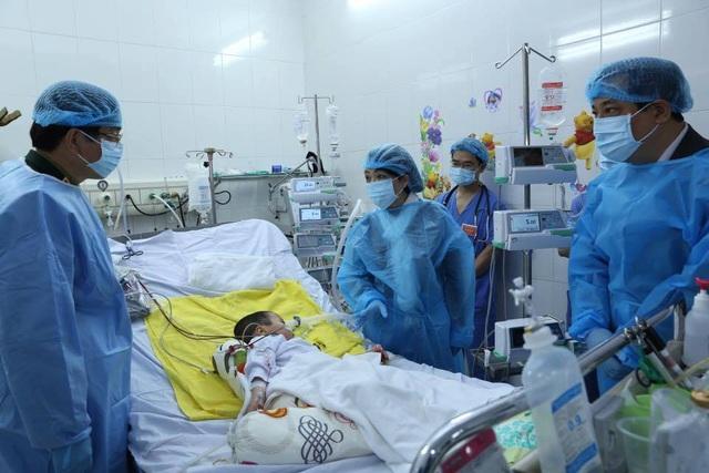 Bộ trưởng Bộ Y tế thăm bệnh nhi được ghép phổi từ người cho sống đầu tiên. Ảnh: Ngọc Kha