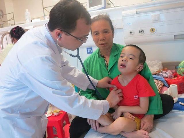 Bác sĩ Kiên thăm khám cho bệnh nhi Đoàn trước khi xuất viện