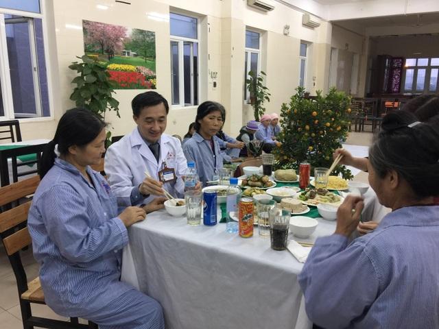Chủ tịch Quốc hội tặng quà Tết cho hơn 100 bệnh nhân ung thư - 3