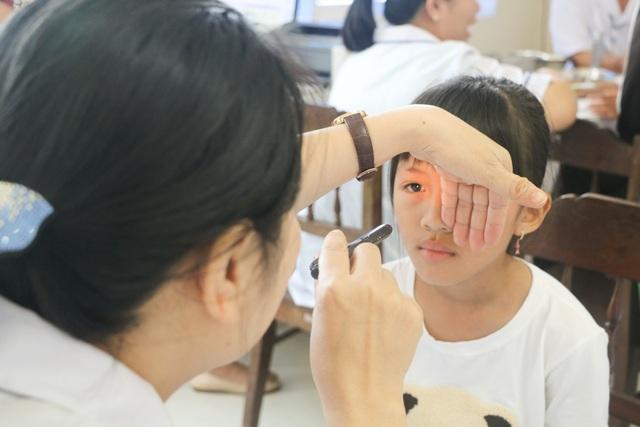Khám mắt cho trẻ em tại Bệnh viện Mắt Huế