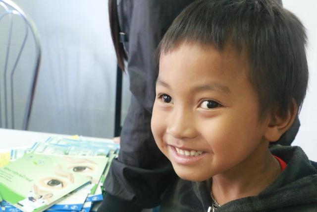 Nụ cười của những em bé được phẫu thuật sáng mắt tại Bệnh viện Mắt Huế