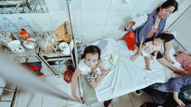 Bệnh nhi SXH được điều trị tại khoa Nhi. Ảnh: Toàn Vũ.