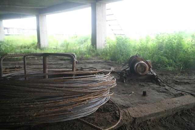Sắt thép, dụng cụ xây dựng công trình này cũng hoen rỉ theo thời gian