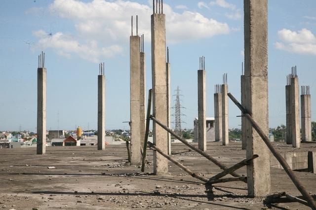 Những cột công trình mỏi mòn chờ đợi