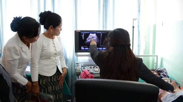 Đoàn Bệnh viện Trung ương Huế thăm các cơ sở y tế của Lào
