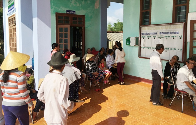 Đông người dân đến địa điểm khám chữa bệnh từ sáng sớm