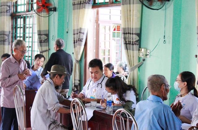 Người dân Quảng Trị vui vẻ trước đoàn khám chữa bệnh nhân đạo của Bệnh viện Trung ương Huế