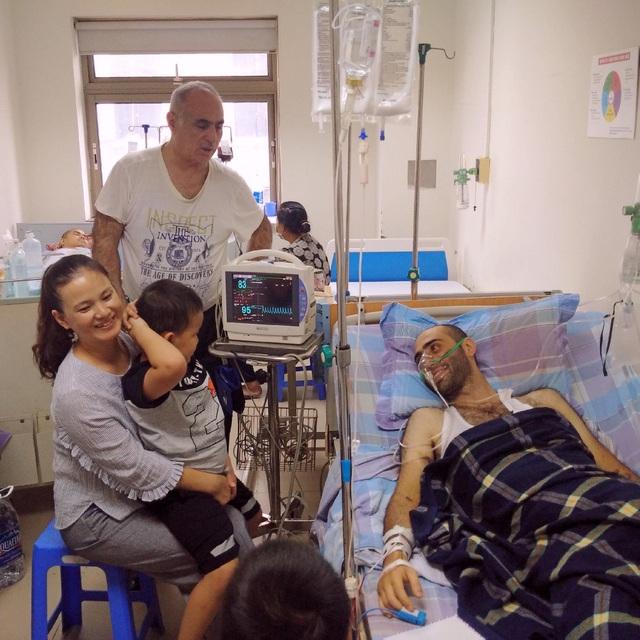 Hai em bé là học sinh từ Sơn La được mẹ đưa xuống BV thăm thầy giáo. Ảnh: V.Q.H