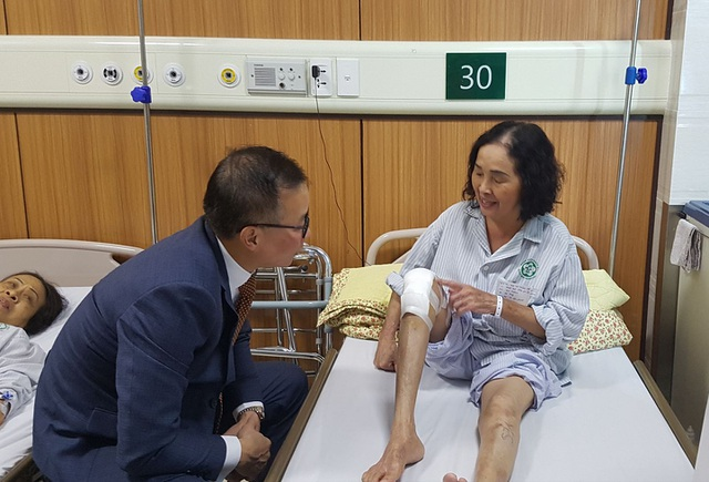 Bệnh nhân cử động khớp gối, đi lại dễ dàng sau thay khớp. Ảnh: Hồng Hải.