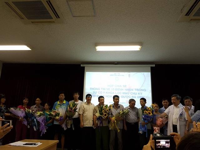 Cục trưởng Cục khám chữa bệnh, ban giám đốc BV Bạch Mai chúc mừng các bệnh nhân ra viện.