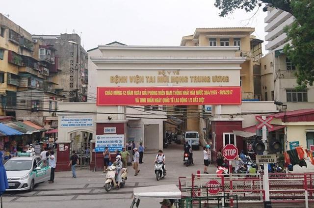 Trước cổng bệnh viện Tai Mũi Họng Trung ương, lãnh đạo BV này thừa nhận rất phức tạp về nạn cò mồi, bởi nhiều lực lượng giả danh, ngăn không cho bệnh nhân vào viện khám.