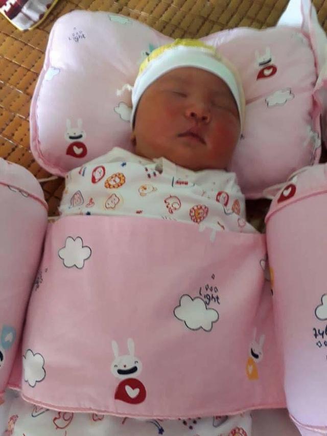 Bé gái sơ sinh nặng tới 4,2kg bị bỏ rơi.