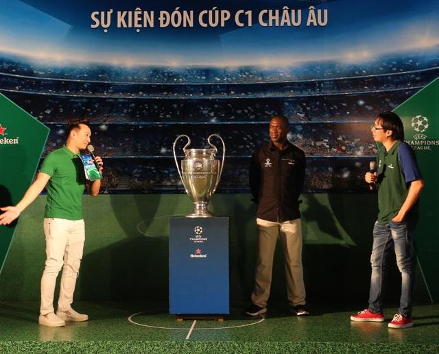 Clarence Seedorf giơ cao cúp vô địch UEFA cùng fan Việt - 4