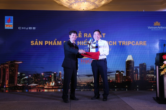 Đại diện Vietnam Airlines và PVI chúc mừng cho sự ra mắt của Bảo hiểm Du lịch TripCARE