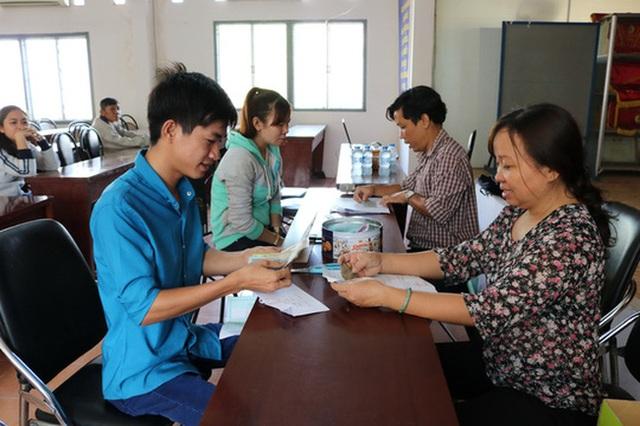 Công nhân nhận tiền lương tại Liên đoàn Lao động huyện Củ Chi vào sáng 23/3. (Ảnh: Báo Người Lao động)