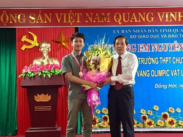 Bí thư Tỉnh ủy Quảng Bình tặng hoa chúc mừng em Nguyễn Thế Quỳnh