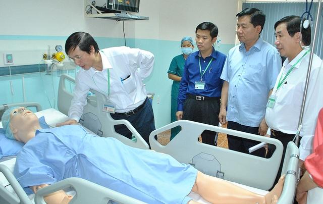 Bí thư Thành uỷ TPHCM Đinh La Thăng thăm phòng thực hành của trường ĐH Y khoa Phạm Ngọc Thạch cách đây 1 tháng