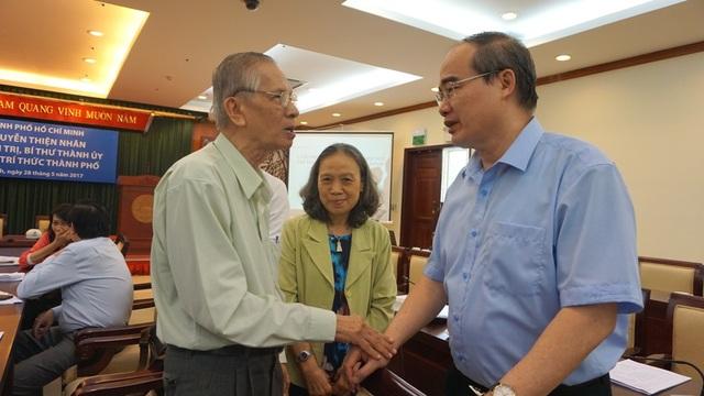 Bí thư Thành ủy TPHCM Nguyễn Thiện Nhân trao đổi với GS.TS Chu Phạm Ngọc Sơn - Phó Chủ tịch Liên hiệp các hội khoa học và kỹ thuật TPHCM