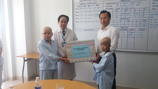 Bí thư Nguyễn Xuân Anh tặng quà cho các bệnh nhi đang điều trị tại Bệnh viện ung bướu Đà Nẵng