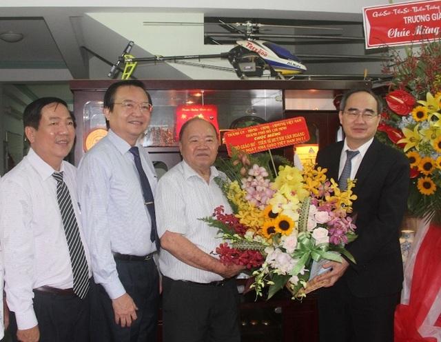 Bí thư Thành uỷ TP.HCM bày tỏ lòng tri ân với cả hai vợ chồng thầy Huỳnh Văn Hoàng vì những đóng góp lớn cho sự nghiệp giáo dục đại học