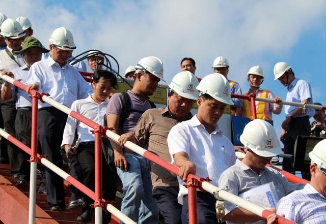 Bí thư Thành ủy TPHCM Đinh La Thăng (áo nâu) kiểm tra công trường thi công cống Mương Chuối (huyện Nhà Bè)