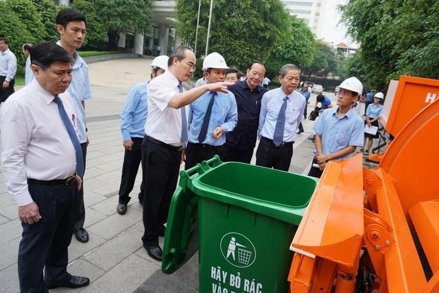 Bí thư Thành ủy TPHCM Nguyễn Thiện Nhân tham quan mô hình xe thu gom rác cỡ nhỏ