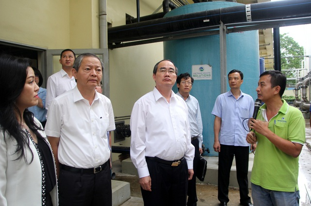 Bí thư Nguyễn Thiện Nhân nghe giới thiệu mô hình hoạt động bãi rác Đa Phước