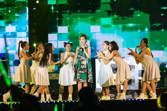 """Bích Phương tiếp tục gửi tặng khán giả thêm 2 ca khúc hit cực kỳ dễ thương của mình: """"Mình yêu nhau đi"""", """"Rằng em mãi ở bên""""."""