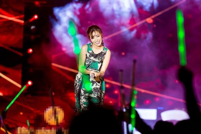 """Phần thể hiện của """"Bích Phương"""" nhận được sự cổ vũ cuồng nhiệt của khán giả khi đồng thanh hát theo ca khúc của cô."""