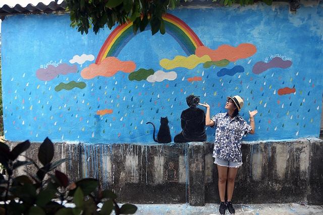 """Các bạn trẻ bắt đầu """"check-in"""" tại các bức bích họa trên đảo An Bình"""