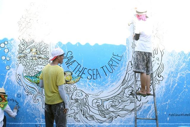 Nhóm 3 họa sĩ Như Hoài, Tấn Đạt và Đoàn Tuyến đến từ Thành phố Hồ Chí Minh đội nắng để thực hiện 3 tác phẩm với đề tài Dưới đáy đại dương
