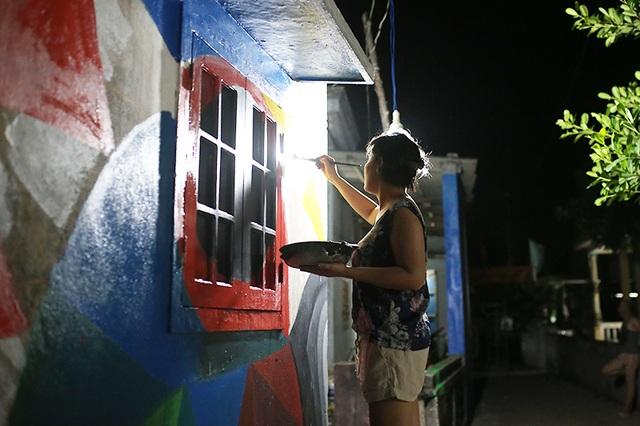 Do thời tiết khắc nghiệt trên đảo, nhiều họa sĩ phải nghỉ buổi sáng và vẽ vào buổi tối, đêm để kịp tiến độ của toàn bộ dự án