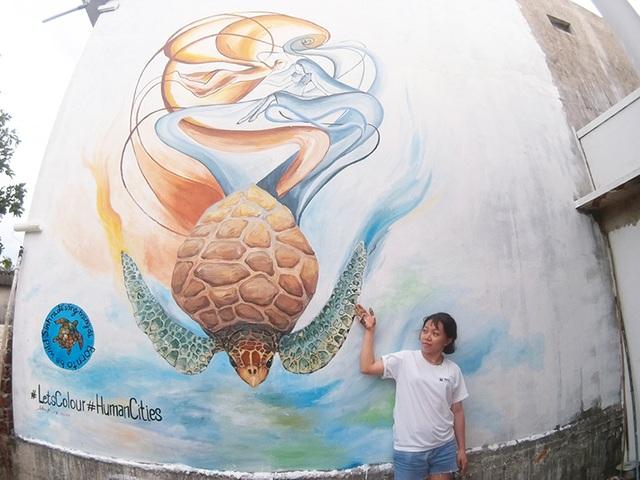 Lý Thị Hương An (sinh năm 1996) là họa sĩ trẻ nhất tham gia dự án. Bức tranh của Hương An mang tên Rùa xanh – tình yêu cát và biển.