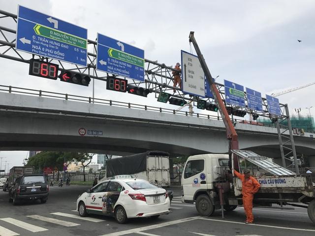 Lắp thêm biển chỉ đường bằng tiếng Anh trên đại lộ Sài Gòn - 1