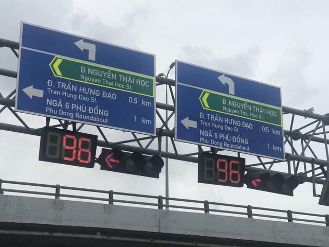 Lắp thêm biển chỉ đường bằng tiếng Anh trên đại lộ Sài Gòn - 2