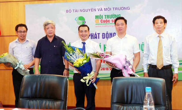 Thứ trưởng Bộ TN&MT Nguyễn Linh Ngọc và ông Nguyễn Xuân Lai - Phó Chủ tịch TW Hội Nước sạch và môi trường Việt Nam tặng hoa cho Ban tổ chức cuộc thi.