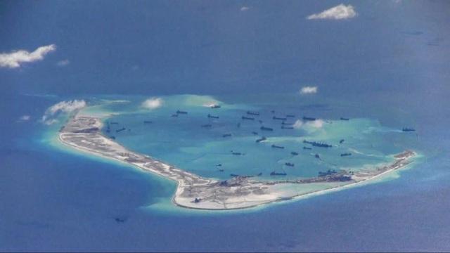 Tàu nạo vét được cho là của Trung Quốc xuất hiện ở khu vực Đá Vành Khăn thuộc quần đảo Trường Sa của Việt Nam ở Biển Đông do Hải quân Mỹ cung cấp hôm 21/5/2015. (Ảnh: Reuters)