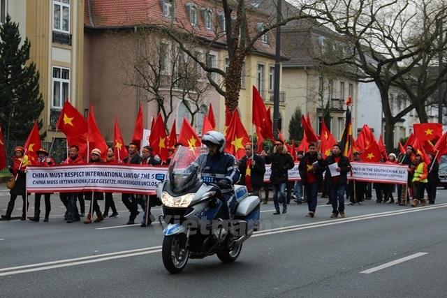 Đoàn tuần hành phản đối Trung Quốc gây căng thẳng ở Biển Đông của người Việt tại Đức hồi năm 2016. (Ảnh: Nguyễn Đức/Vietnam+)