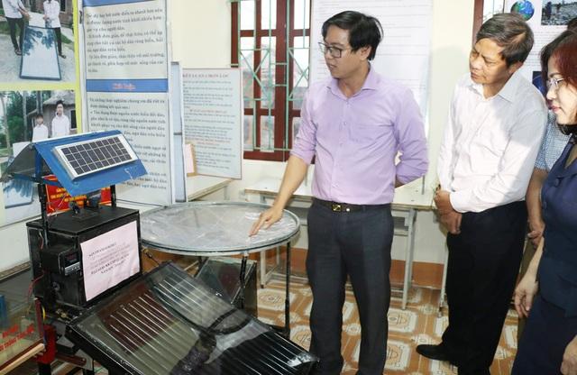 Thầy Nguyễn Đình Hòa giới thiệu về máy chưng cất nước biển thành nước ngọt của hai học trò tại cuộc thi sáng tạo khoa học kỹ thuật tỉnh Nghệ An năm 2017