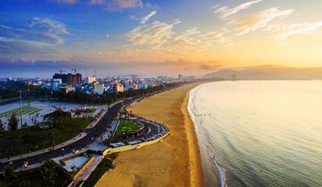 Du lịch Bình Định đang được đánh thức thể hiện qua du khách đến địa phương này 3 tháng đầu năm 2017 tăng đột biến (Một góc biển và TP Quy Nhơn - ảnh: Nguyễn Dũng)