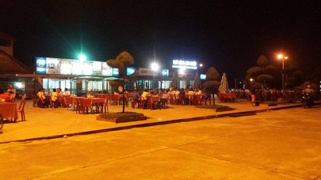Các nhà hàng hải sản cũng thu hút được rất đông người dân và du khách