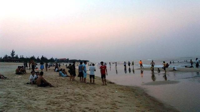 Thời tiết nắng nóng, các bãi biển là điểm đến lý tưởng của rất nhiều người dân