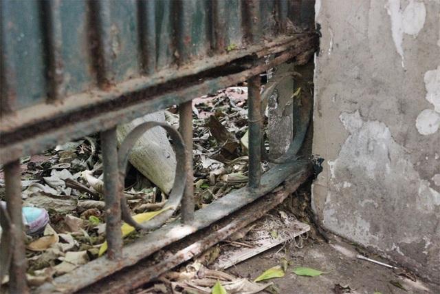 Cánh cổng sắt hoen rỉ, xuống cấp nghiêm trọng.