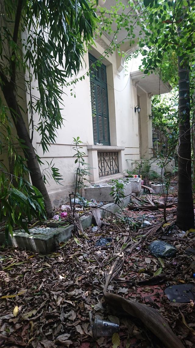 Rác, lá cây rụng xuống sân nhiều năm không có người quét dọn khiến ngôi biệt thự càng trở lên ảm đạm.
