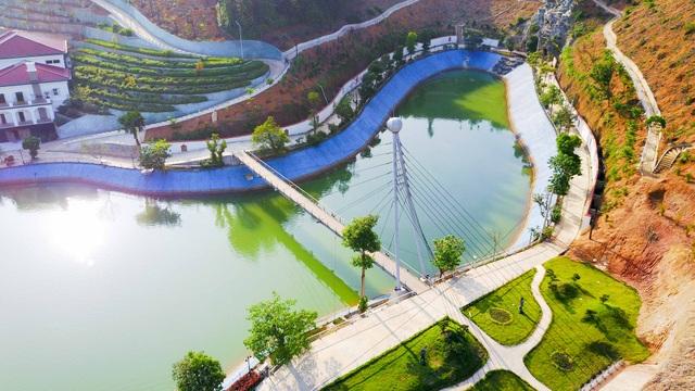 Hồ nước được thiết kế với một cây cầu dây văng bắc qua, càng tạo thêm điểm nhấn cho khu dinh thự của gia đình ông Giám đốc Sở Tài Nguyên và Môi trường.