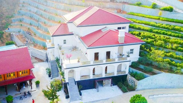 Biệt thự được sơn màu trắng và thiết kế khá hiện đại.